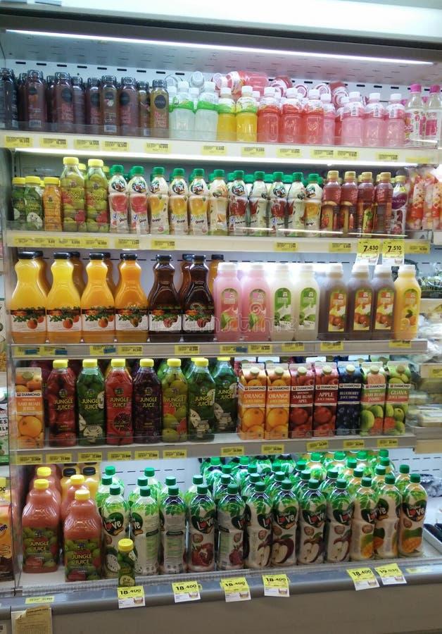 东部雅加达,雅加达/印度尼西亚,2019年3月31日:新鲜的汁液产品品种在致冷物的待售 免版税图库摄影