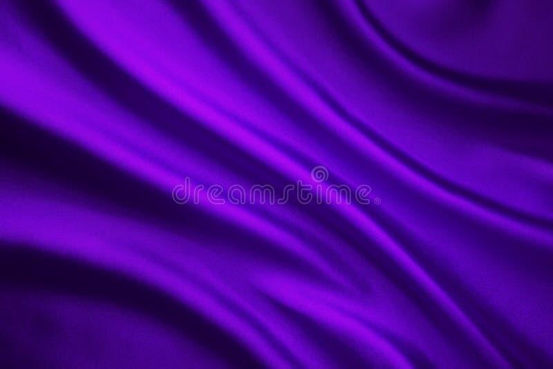 丝织物波浪背景,抽象紫色缎布料 免版税库存照片