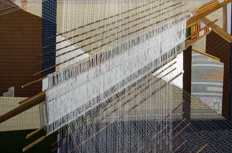 丝织物,手编织的毛线过程在泰国 免版税库存照片