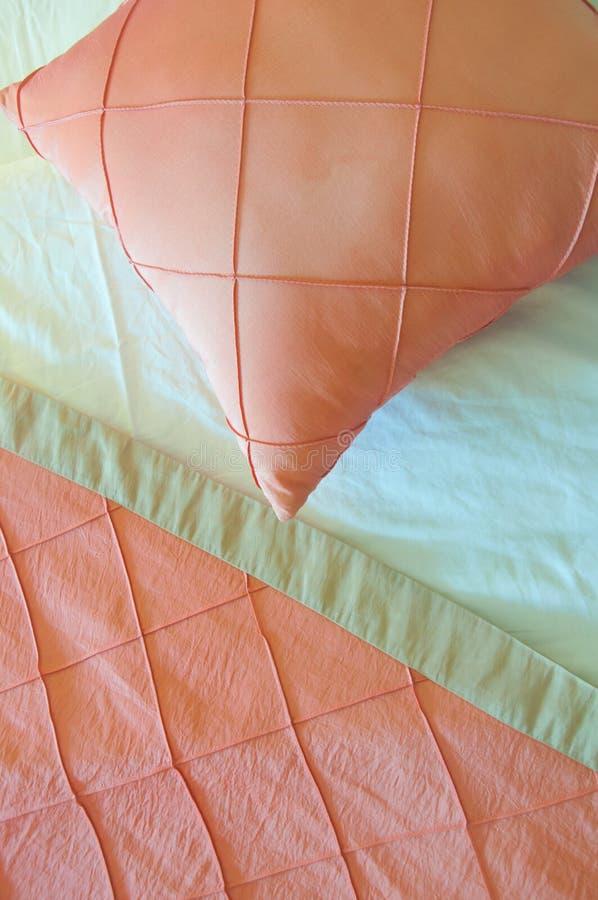 丝绸桃红色枕头 库存图片