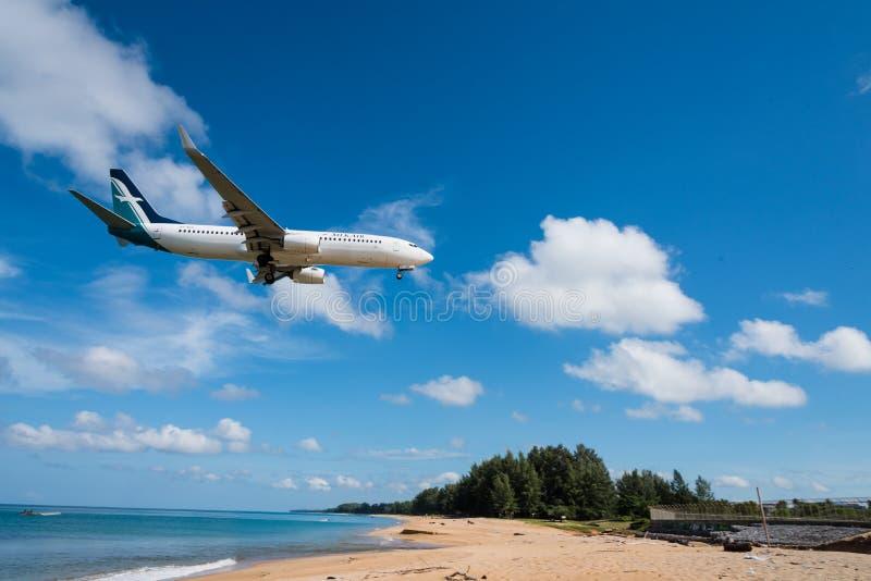 丝绸空气空中航线飞机着陆在普吉岛机场 免版税库存照片
