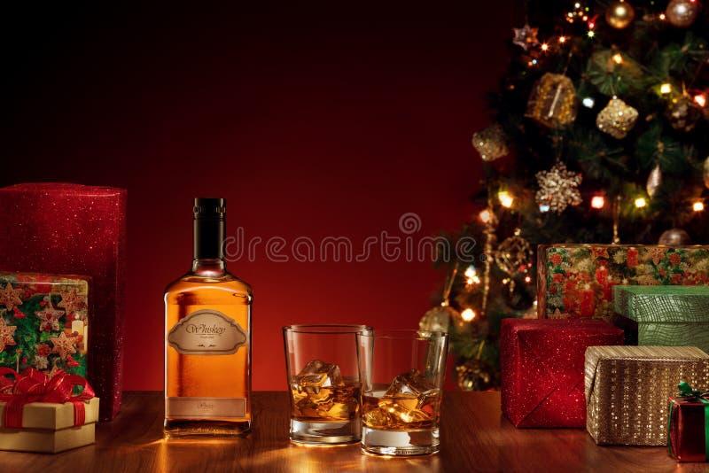 丢失两块玻璃看法用在颜色后面的威士忌酒 免版税库存照片