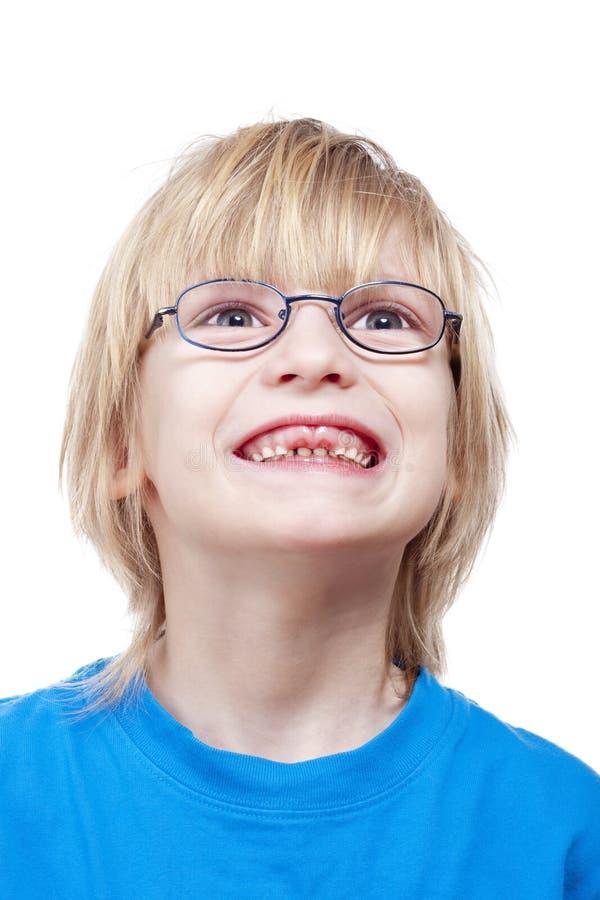 丢失男孩的牛奶显示牙 免版税库存照片