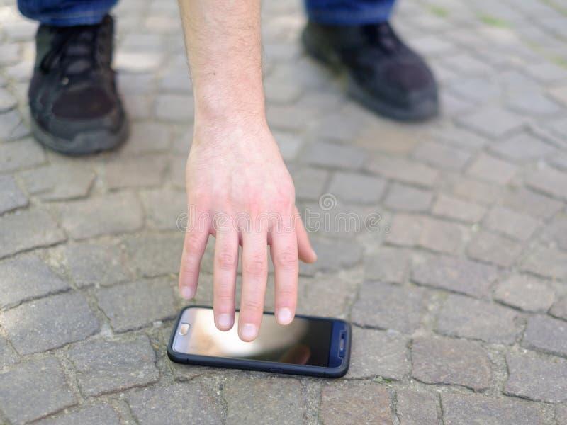 丢失他的智能手机的人 免版税库存照片