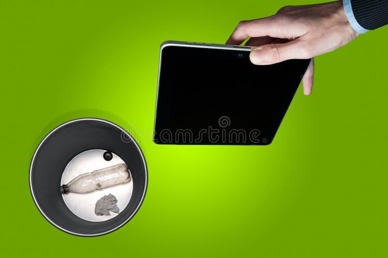 丢掉一种电子片剂 免版税库存图片