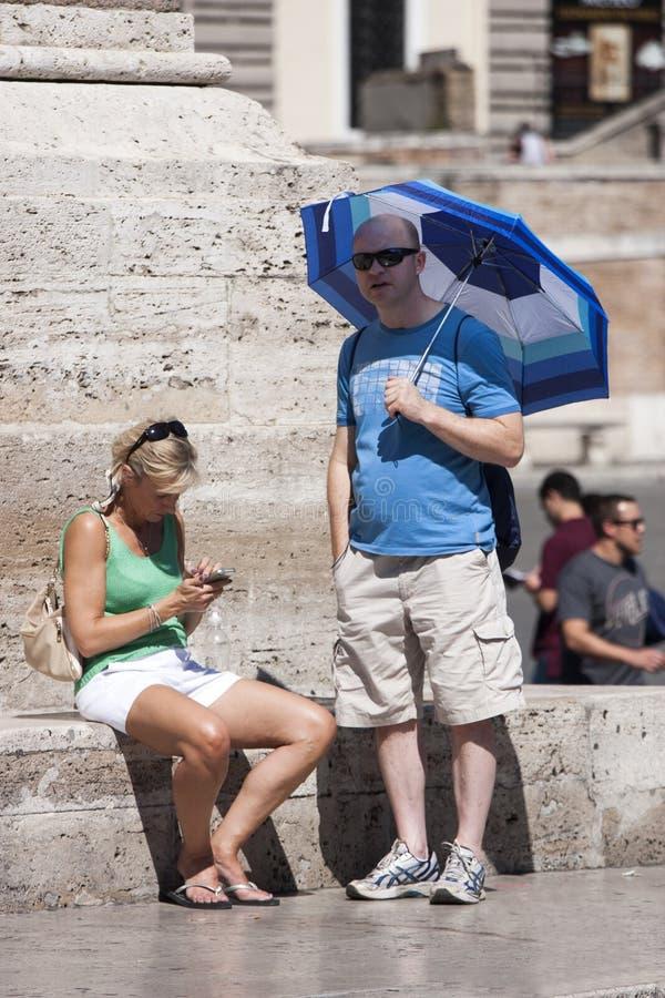 两三个游人在罗马放松 免版税库存图片