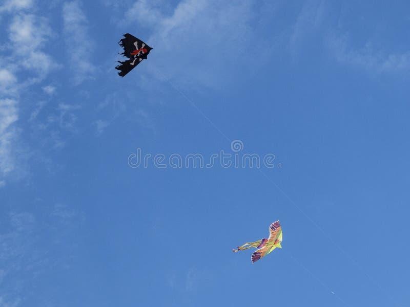 两上色了在天空的风筝与白色云彩 免版税图库摄影