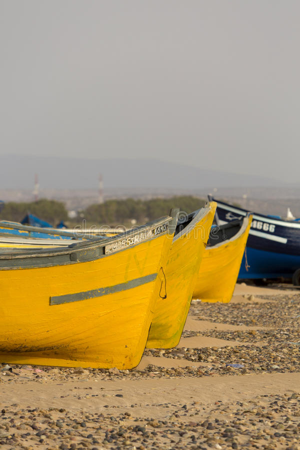两上色了在Sidi Kaouki海滩的渔船  图库摄影
