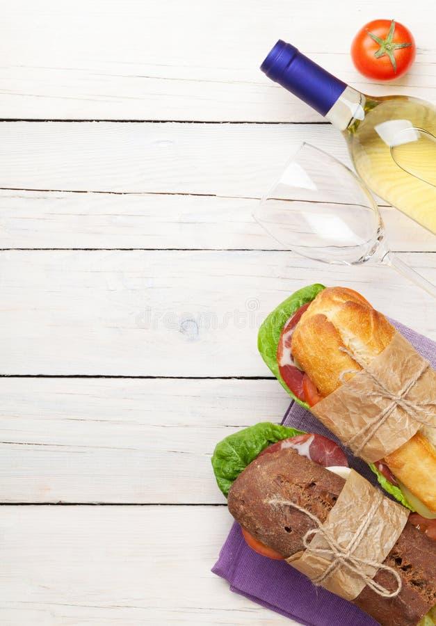 两个三明治和白葡萄酒 库存照片