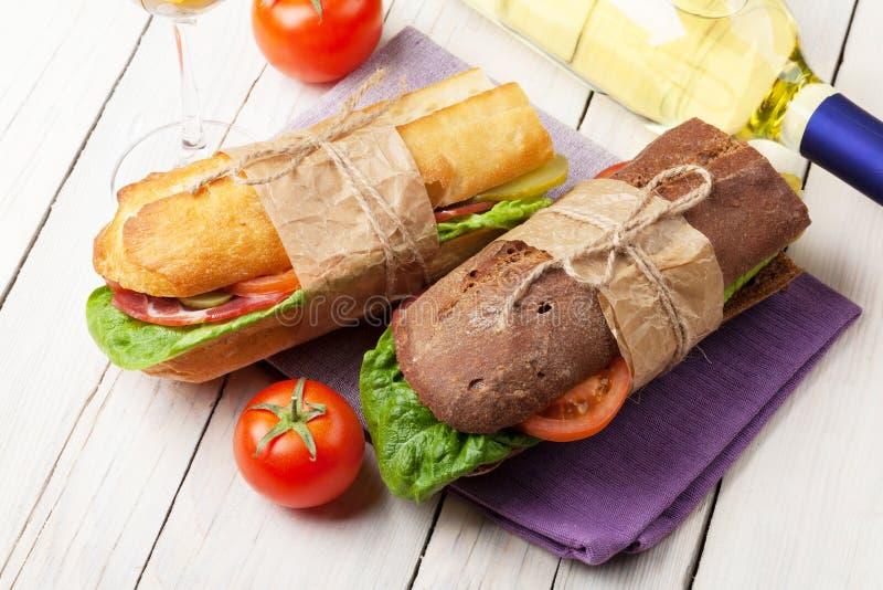 两个三明治和白葡萄酒 免版税图库摄影