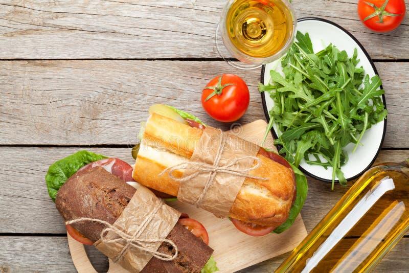 两个三明治和白葡萄酒 免版税库存图片