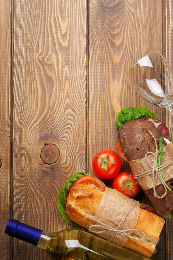两个三明治和白葡萄酒 免版税库存照片