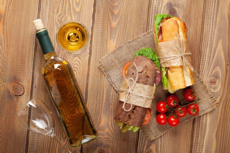 两个三明治和白葡萄酒 图库摄影