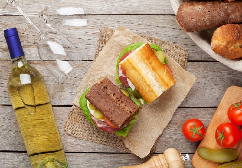 两个三明治用沙拉、火腿、乳酪和蕃茄与白色w 库存照片