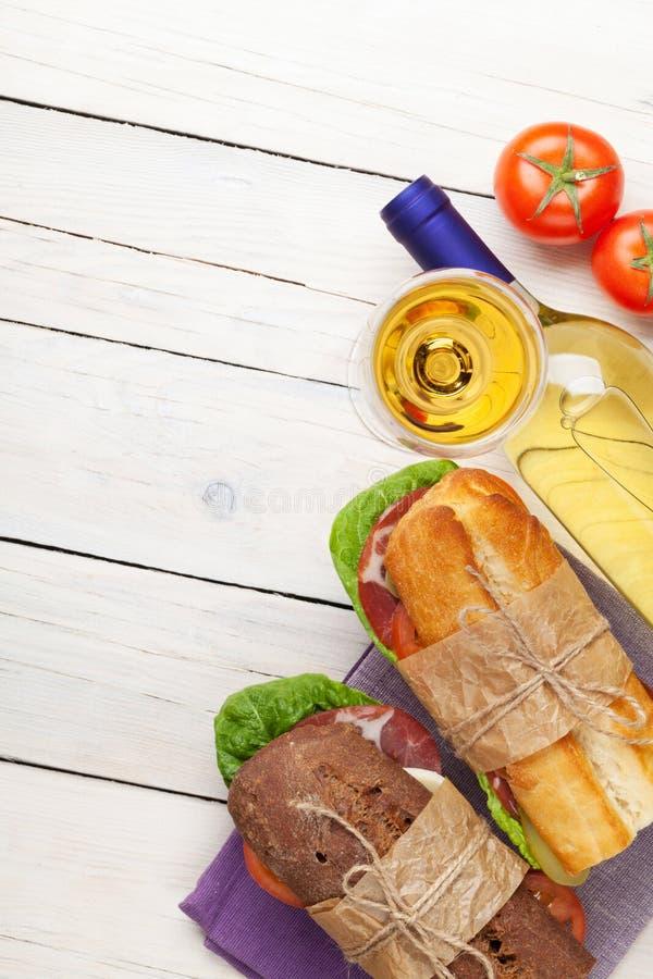 两个三明治用沙拉、火腿、乳酪和蕃茄与白色w 免版税图库摄影