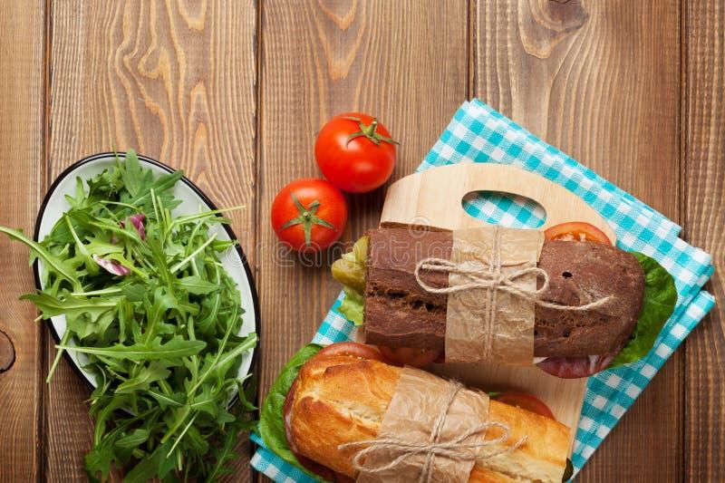 两个三明治用沙拉,火腿,乳酪 免版税库存图片