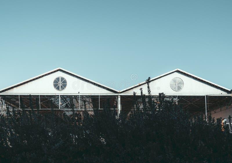 两个三角形金属屋顶和天空 免版税库存照片