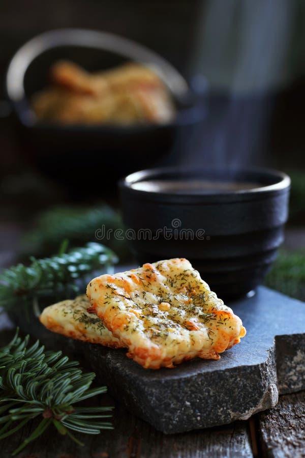 两个乳酪薄脆饼干和热的咖啡 库存图片