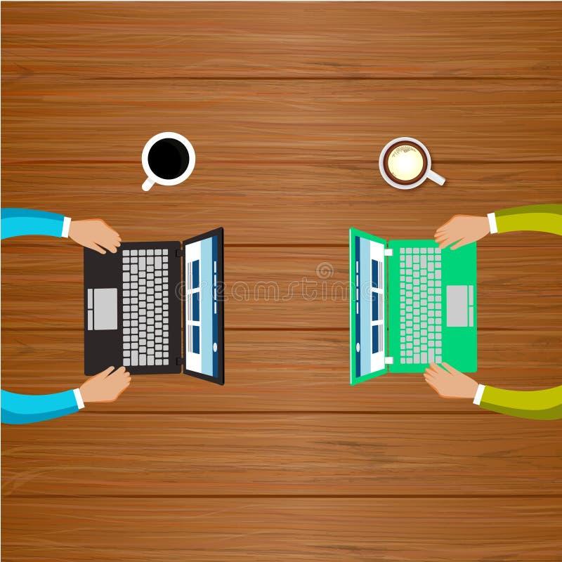 两个人与计算机一起使用 免版税库存图片