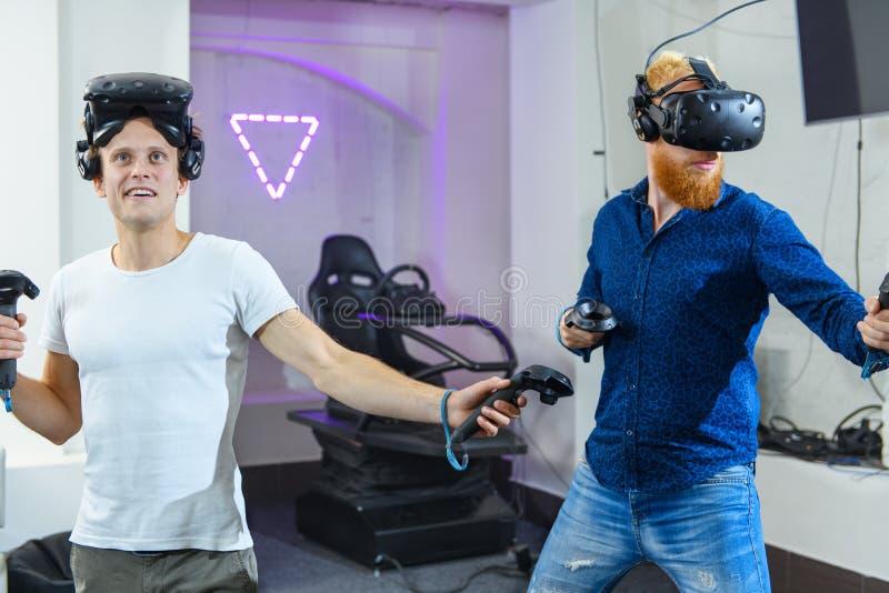 两个人为虚拟现实比赛做准备,他们是weari 库存照片
