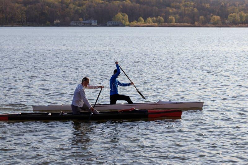 两个人乘坐皮船 免版税图库摄影