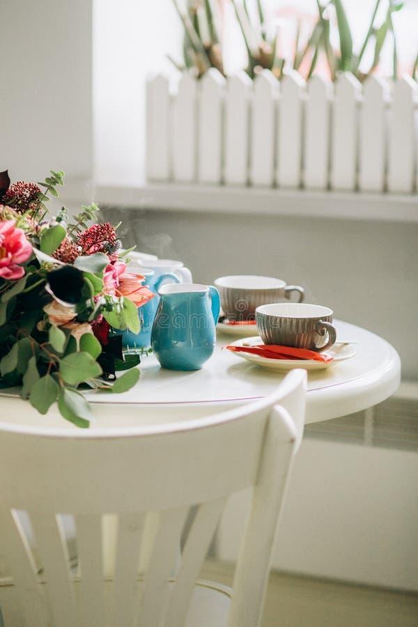 两个人咖啡点心的白色桌咖啡馆 库存图片