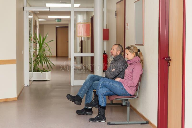 两个人在一间候诊室 库存图片