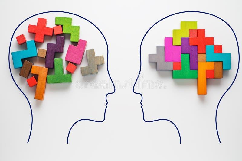 两个人头有抽象脑子五颜六色的形状的  免版税库存照片