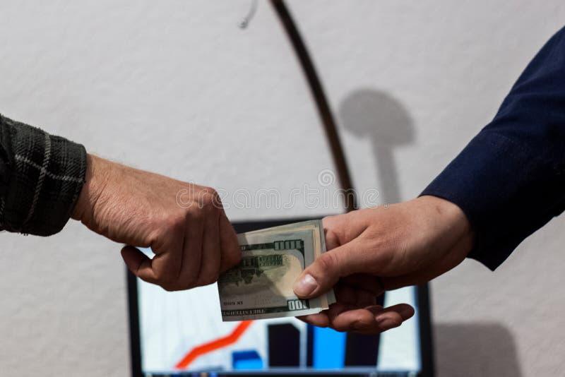 两个人或商人商业交换折叠了从手的美元 库存图片