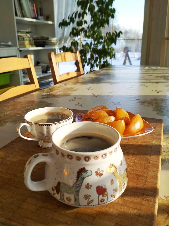 两个人的早餐 仍然1寿命 一张照片 两杯咖啡在桌上的与柿子 库存图片