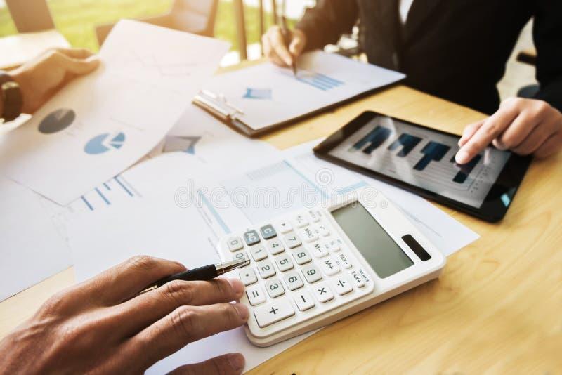 两个企业同事谈论关于股票市场数据研究在现代办公室 图库摄影