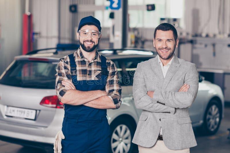 两个伙伴可爱的人, b的快乐的专家安装工 免版税库存照片