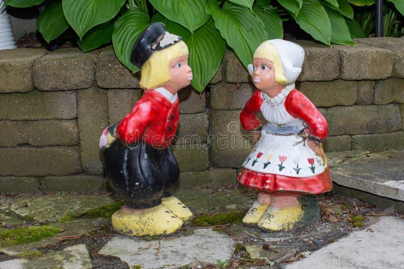 两个传统荷兰孩子的荷兰草坪装饰品在衣物的从荷兰在荷兰 免版税库存图片