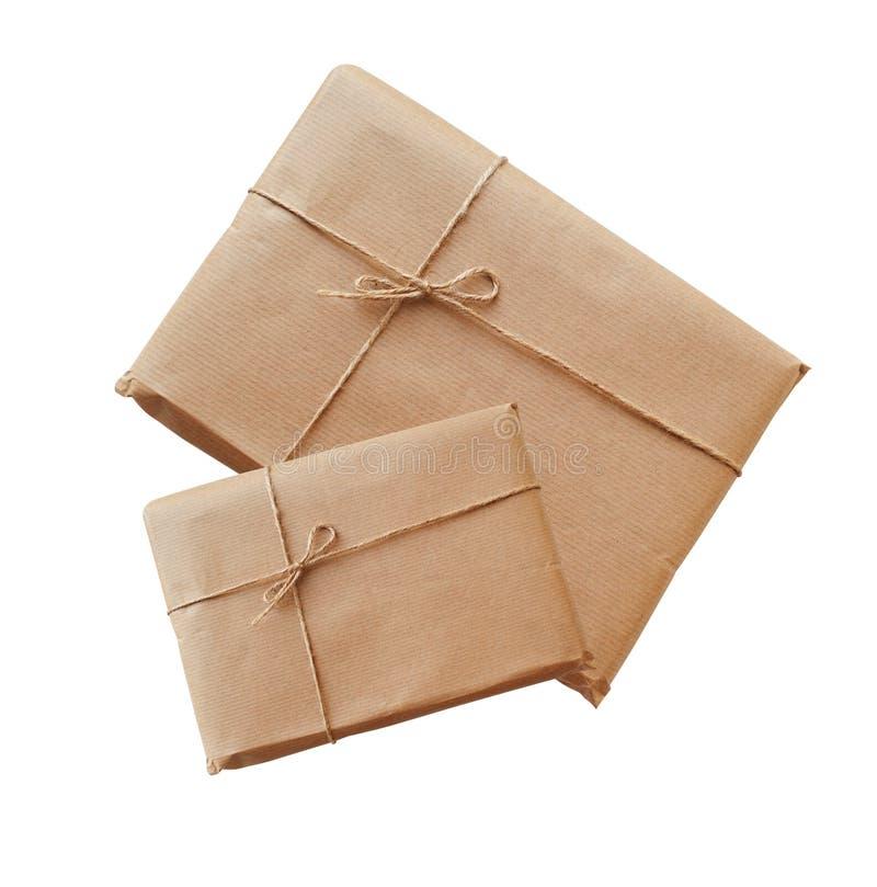 两个信封牛皮纸栓与在白色背景的串 库存照片