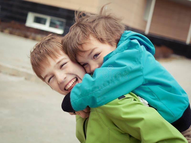 两个兄弟笑,室外 库存照片