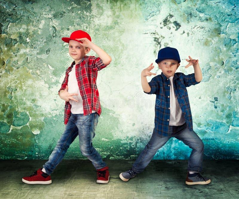 两个兄弟跳舞节律唱诵的音乐 凉快的孩子 免版税库存图片