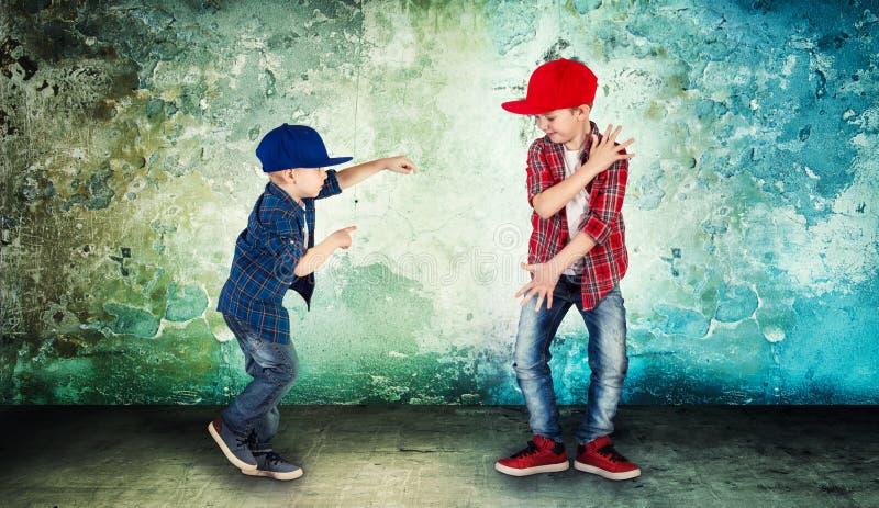 两个兄弟跳舞节律唱诵的音乐 凉快的孩子 库存图片