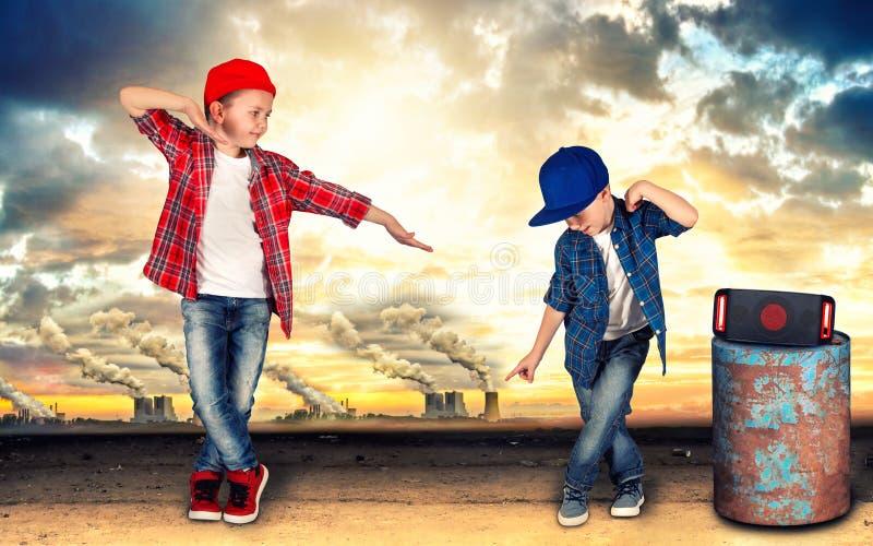 两个兄弟跳舞节律唱诵的音乐 凉快的孩子 免版税库存照片