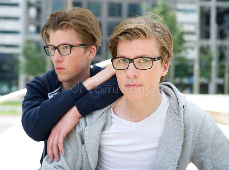 两个凉快的兄弟画象  免版税图库摄影