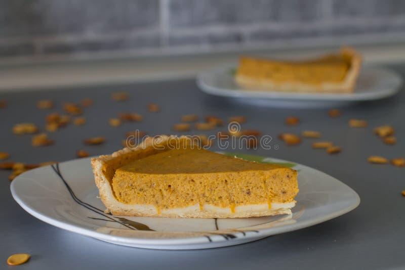 两个切片传统南瓜饼 库存照片