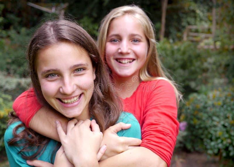 两个十几岁的女孩和手机 免版税库存照片