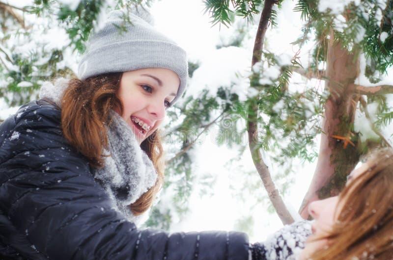 两个十几岁的女孩获得乐趣在雪 库存照片