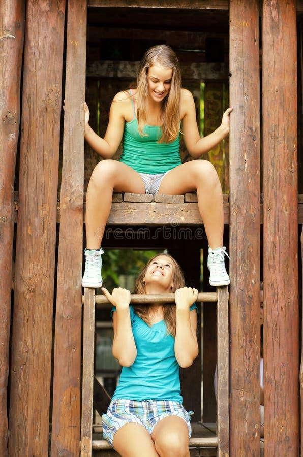 两个十几岁的女孩获得室外的乐趣在夏天 免版税库存图片