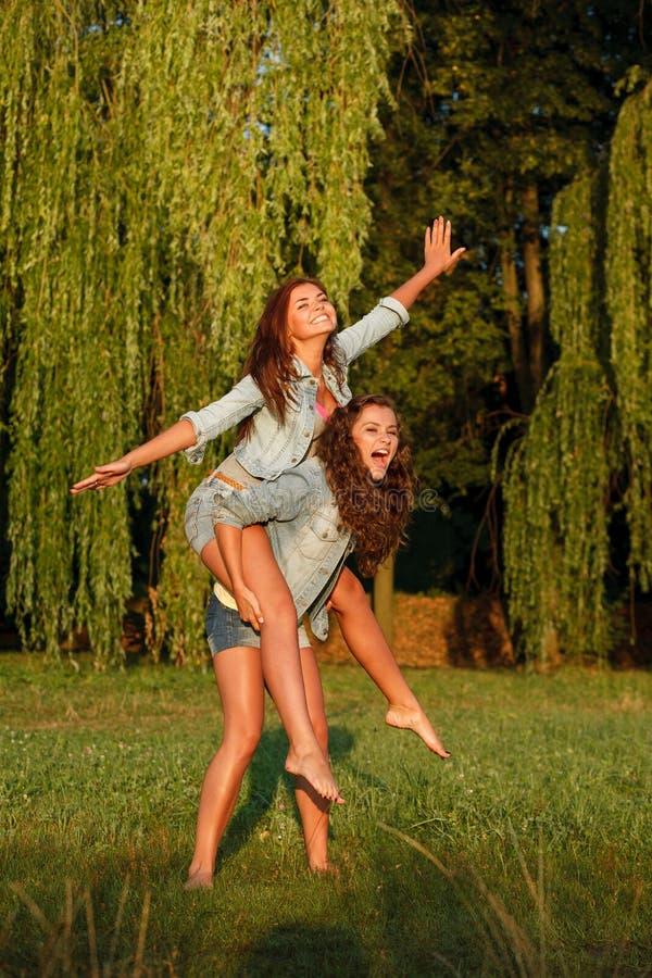 两个十几岁的女孩 免版税库存照片