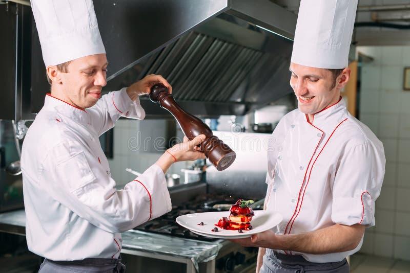 两个厨师汐尾背景厨房胡椒盘 免版税库存照片