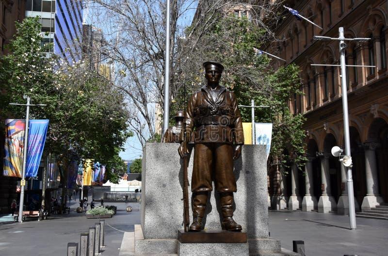 两个古铜色雕象守卫纪念碑的战士和水手 库存照片