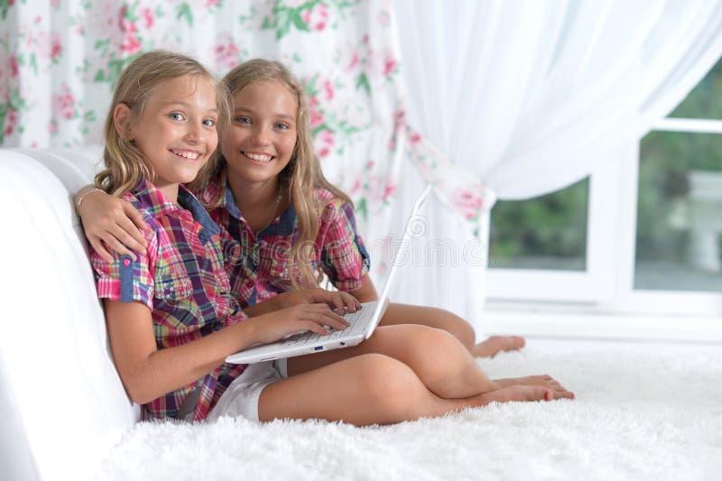 两个可爱的双姐妹 免版税图库摄影