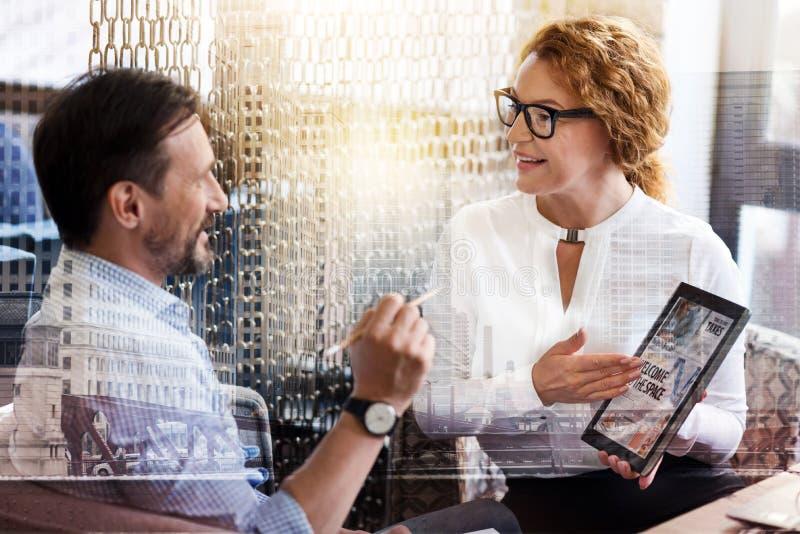 两个同事谈论最新的新闻在工作 库存图片