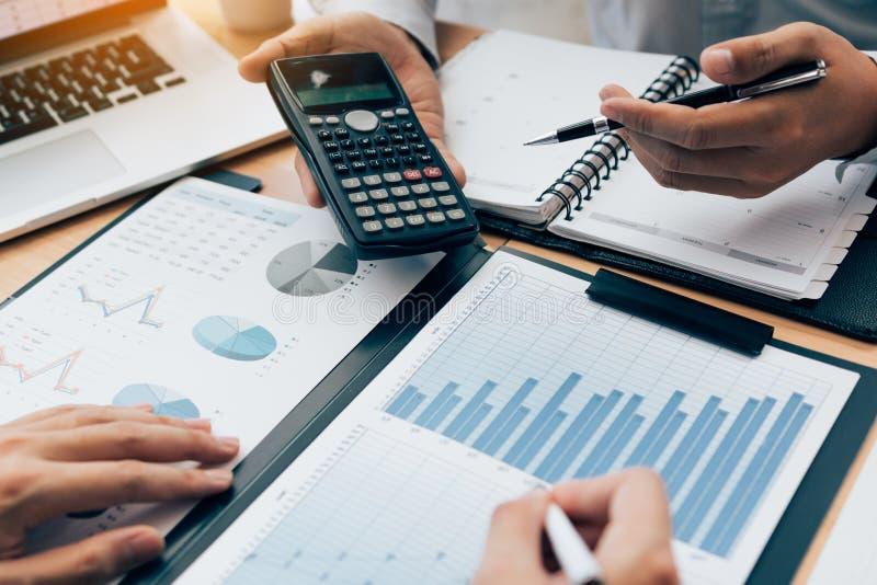 两个商人一起分享关于公司预算的演算和财政规划的讨论分析在书桌上在 免版税库存图片