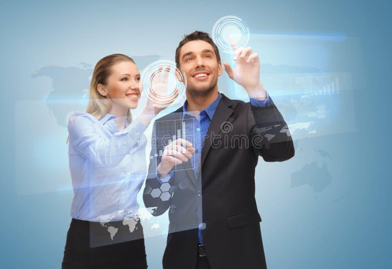 两个商人与虚屏一起使用 免版税库存图片